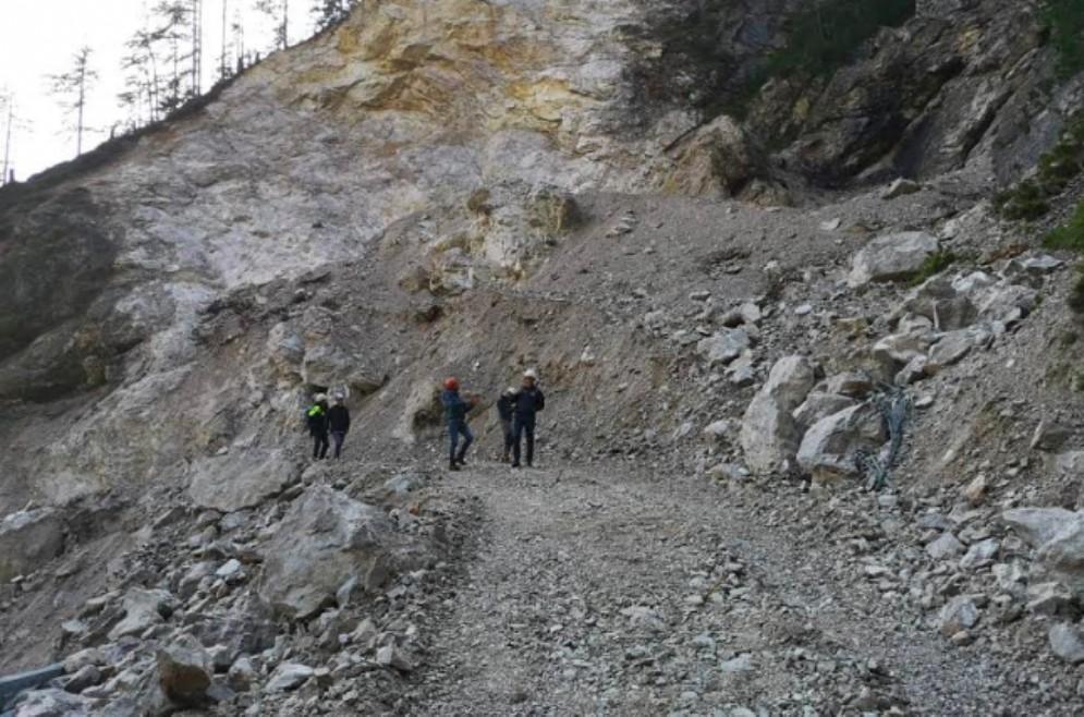 Strada della Val Dogna: fatta brillare la frana