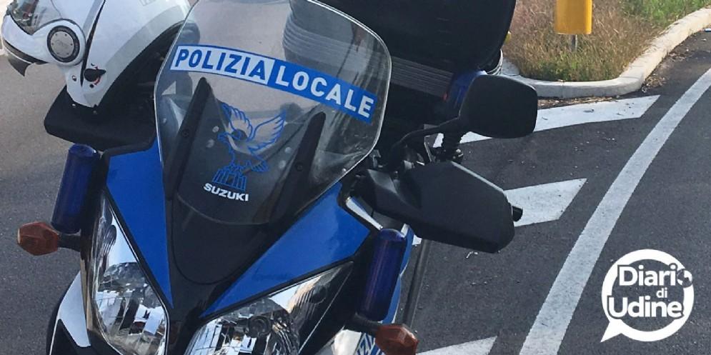 Auto contro moto nella rotonda del parco del Cormor: ferito un 43enne