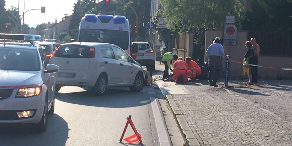 Auto taglia la strada a uno scooter: ferito un 48enne