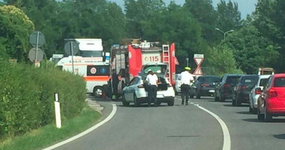 Incidente a Paparotti: tre auto coinvolte, due persone ferite