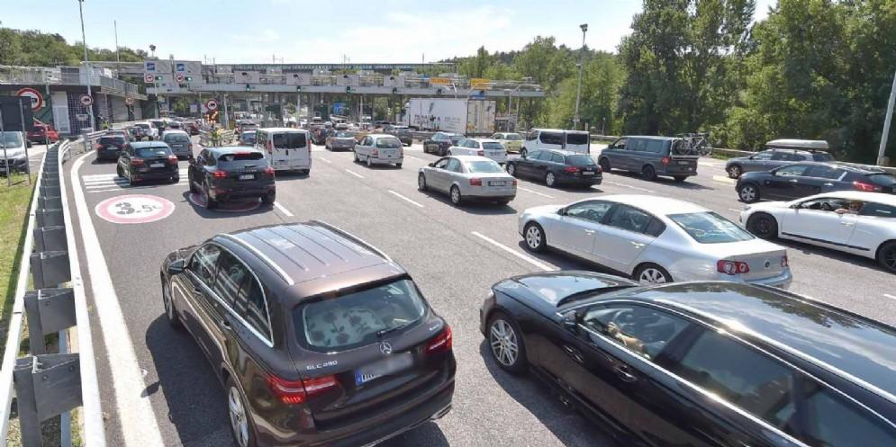 Traffico per Croazia e Slovenia: code alla barriera del Lisert