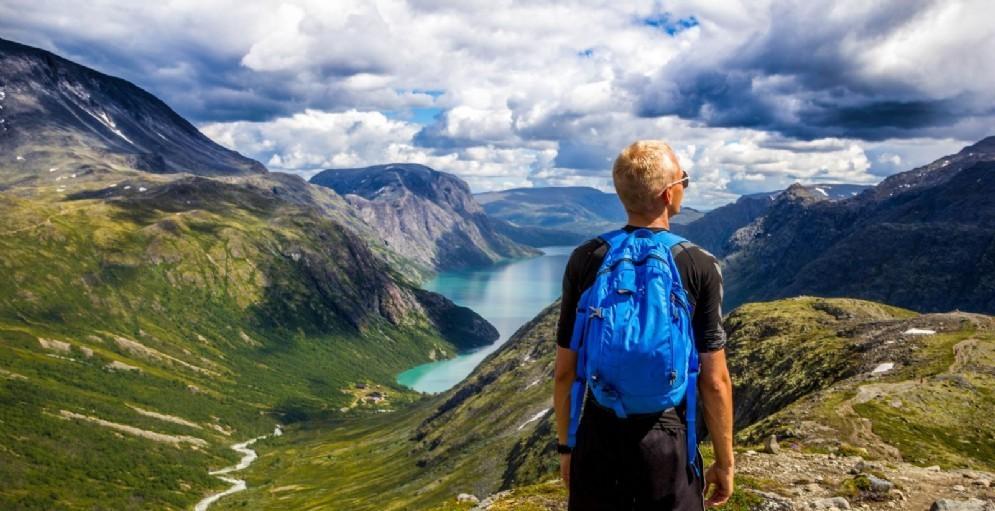 Un ragazzo in viaggio con lo zaino in spalla