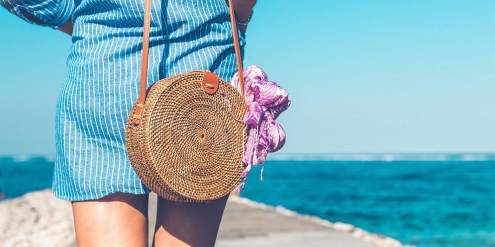 Una ragazza in vacanza al mare