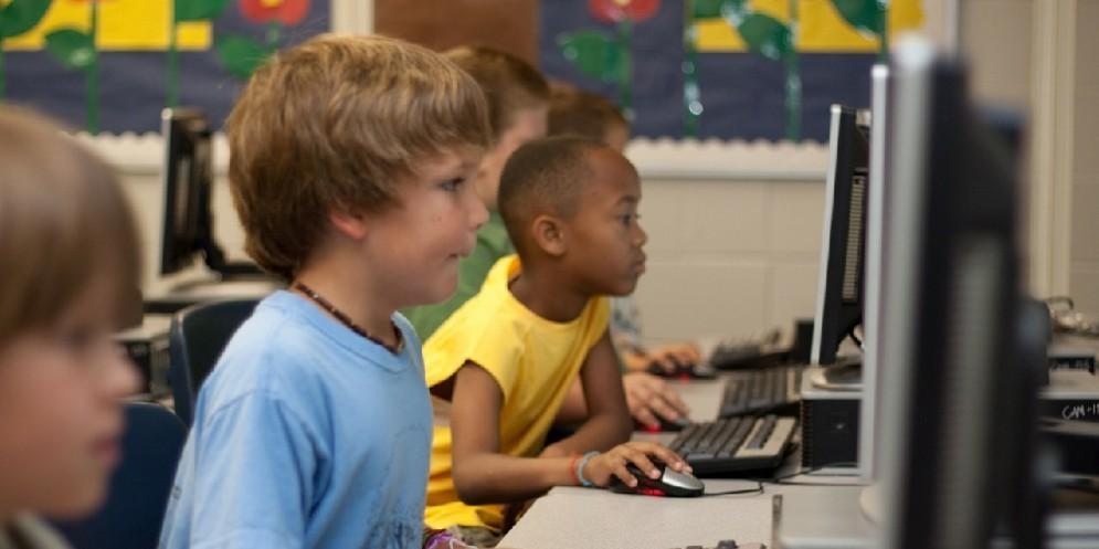 Ragazzi a scuola davanti al computer
