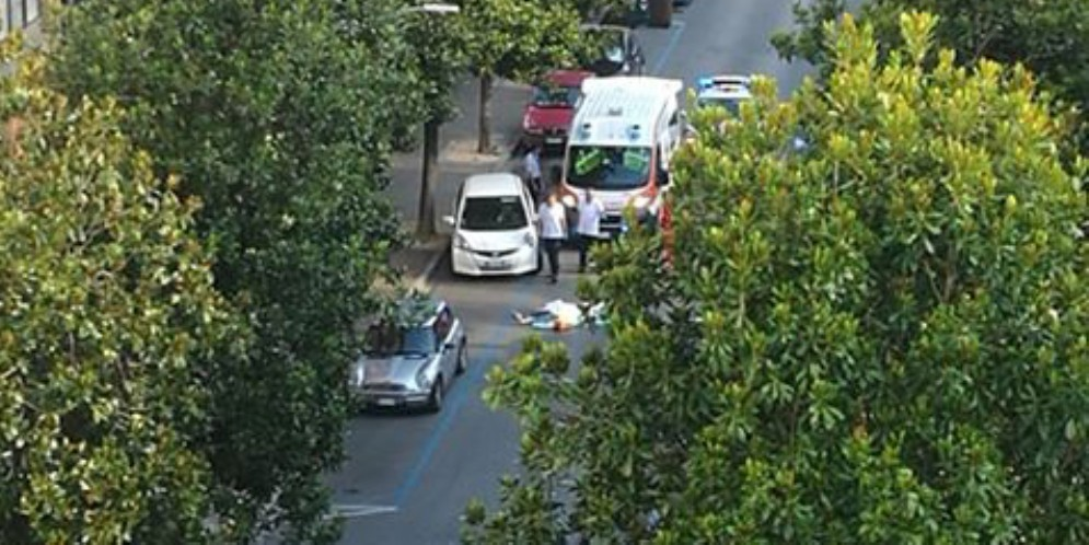 Si getta nel vuoto in via Cossattini: morto un uomo