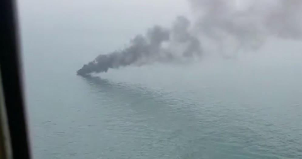 Barca a fuoco: gruppo di 6 friulani si salva gettandosi in mare
