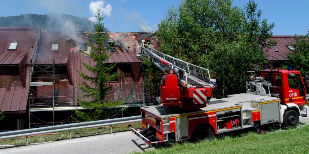 Brucia il tetto di un appartamento a Tarvisio: danni ingenti