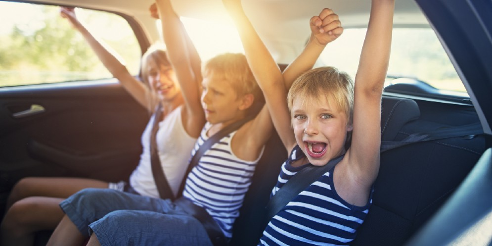 Bambini in macchina durante un viaggio