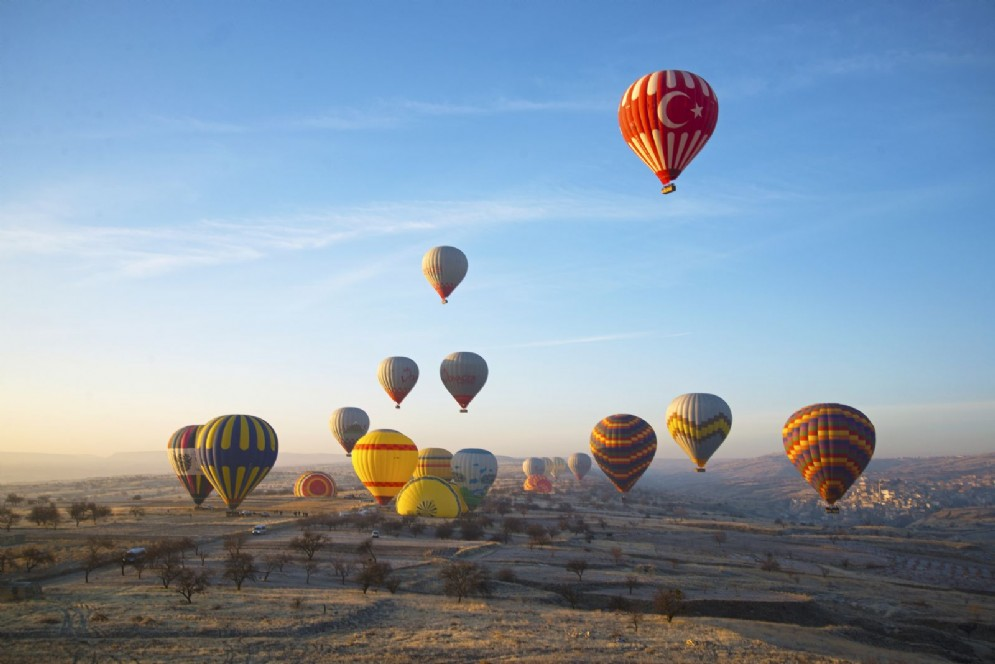 Mongolfiere che sorvolano la Cappadocia