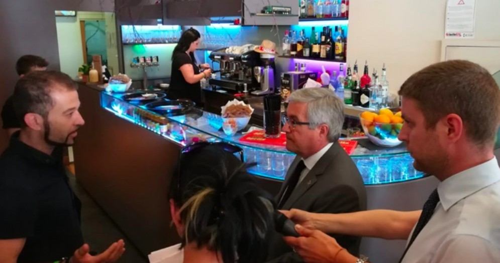 Sindaco e assessori insieme al titolare del bar Il Matteotti