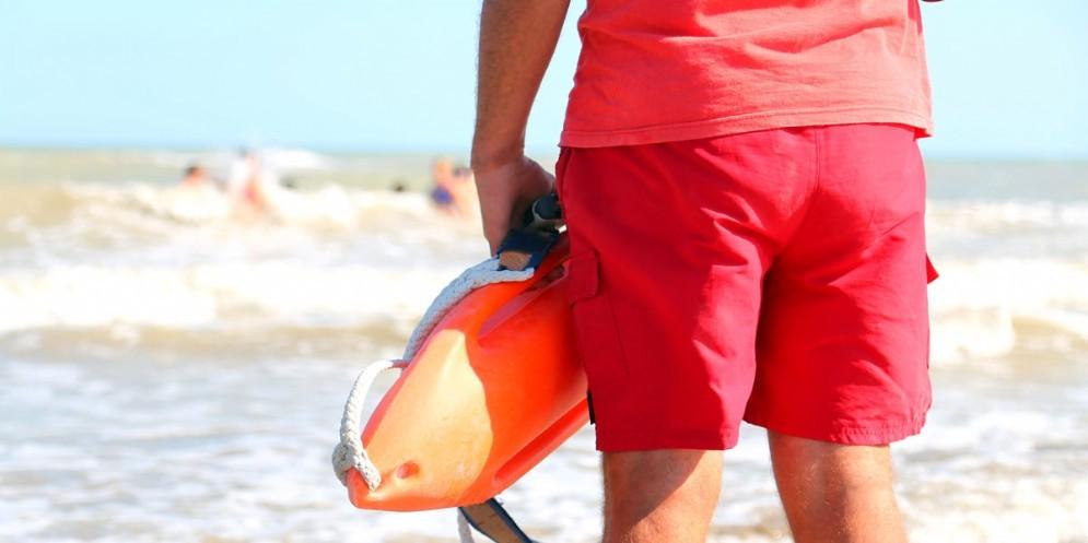 Colpisce i bagnini con l'ombrellone: denunciato