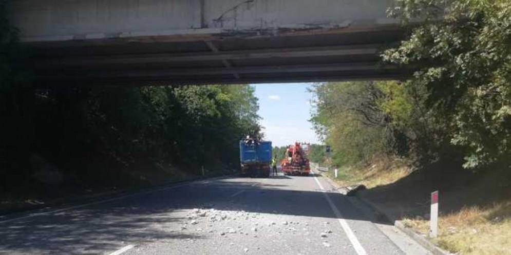 Camion contro un cavalcavia a Gorizia, morto il conducente