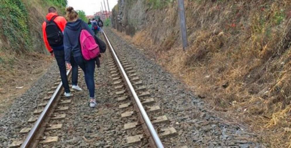 Camminano sui binari come se nulla fosse: nei guai due giovani