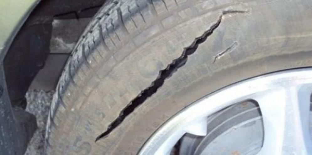 Tagliano gli pneumatici di cinque auto in Giardin Grande: due giovani arrestati