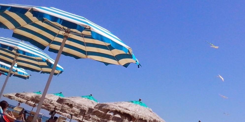 Monfalcone, preso il ladro di portafogli in spiaggia
