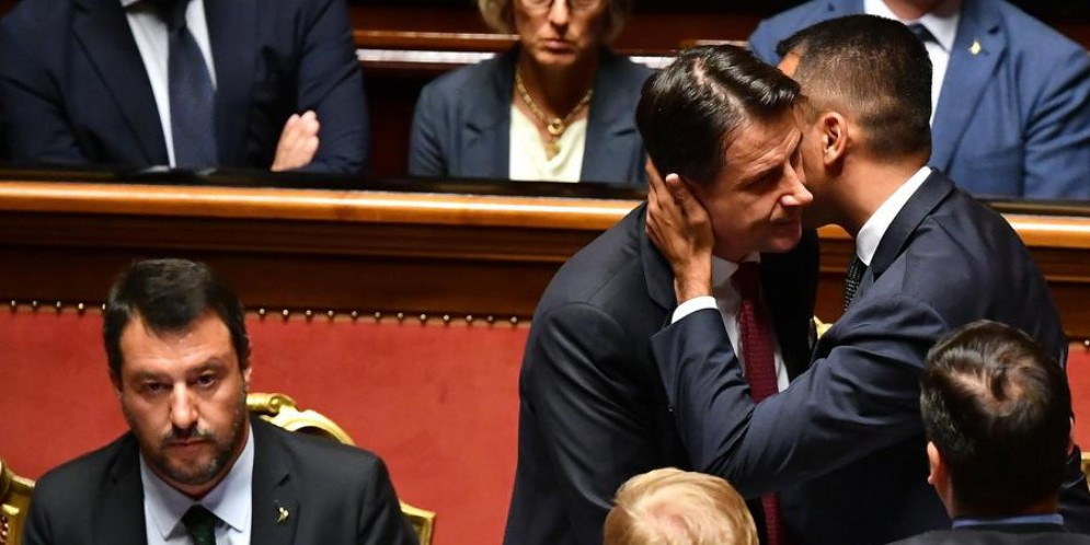 Luigi Di Maio bacia Giuseppe Conte dopo l'intervento in Senato