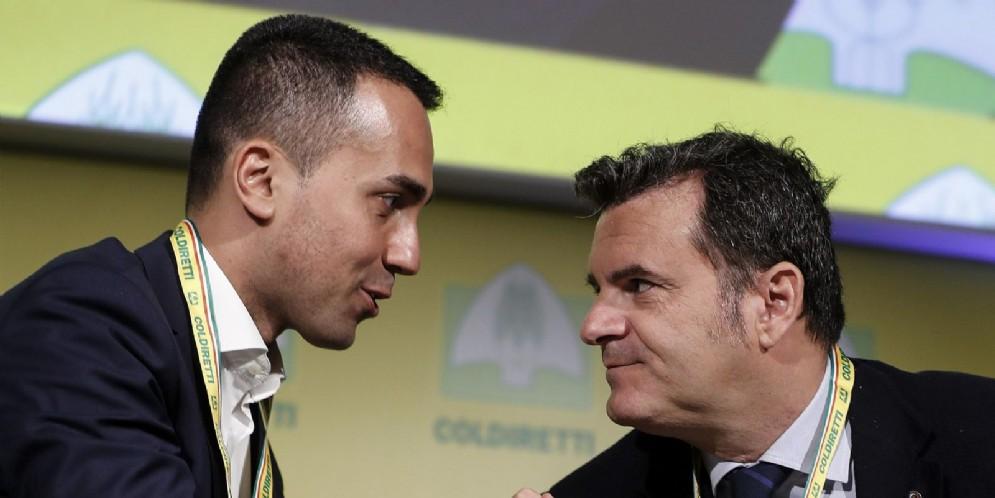 Luigi Di Maio (S) con Gian Marco Centinaio (D) durante l'assemblea annuale della Coldiretti