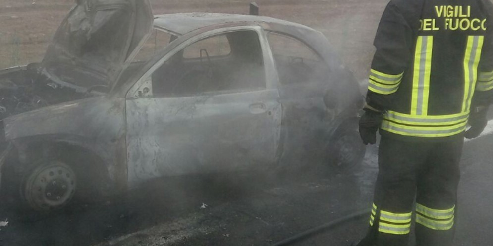 Udine: le fiamme distruggono un'auto in via del Bon