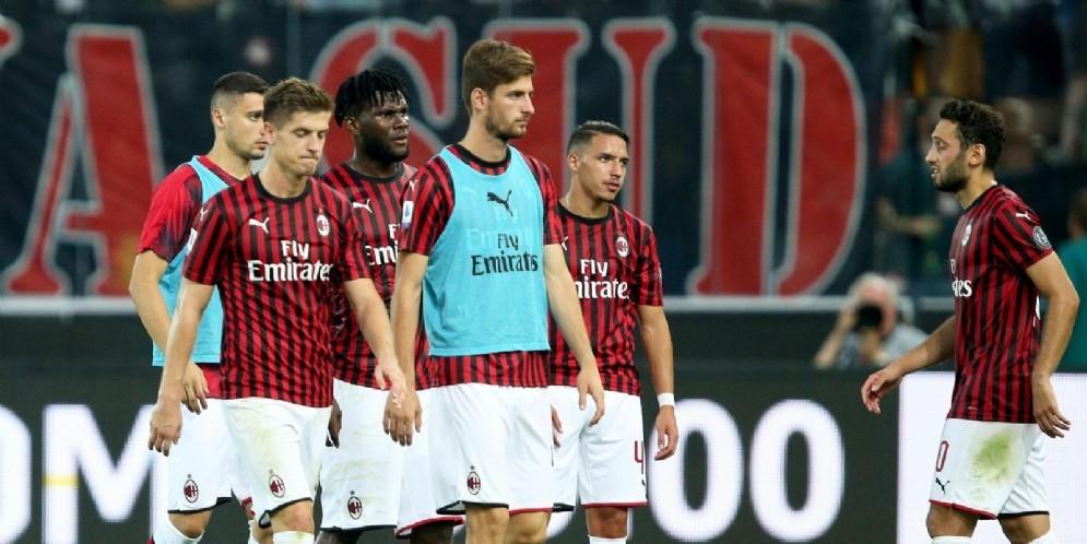 I giocatori del Milan escono a testa bassa dopo la sconfitta di Udine