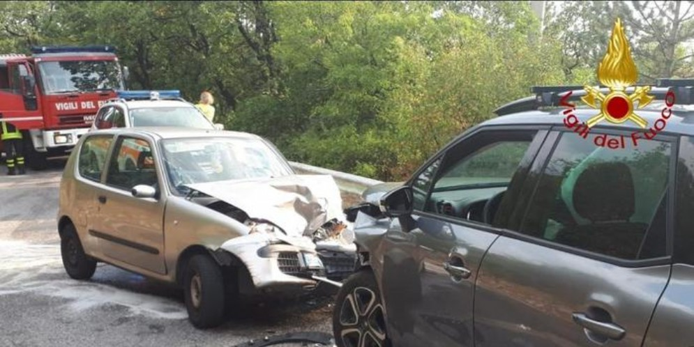 Incidente tra due auto, morta una donna di 47 anni