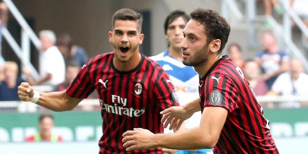 Calhanoglu esulta con Andrè Silva dopo il gol della vittoria contro il Brescia