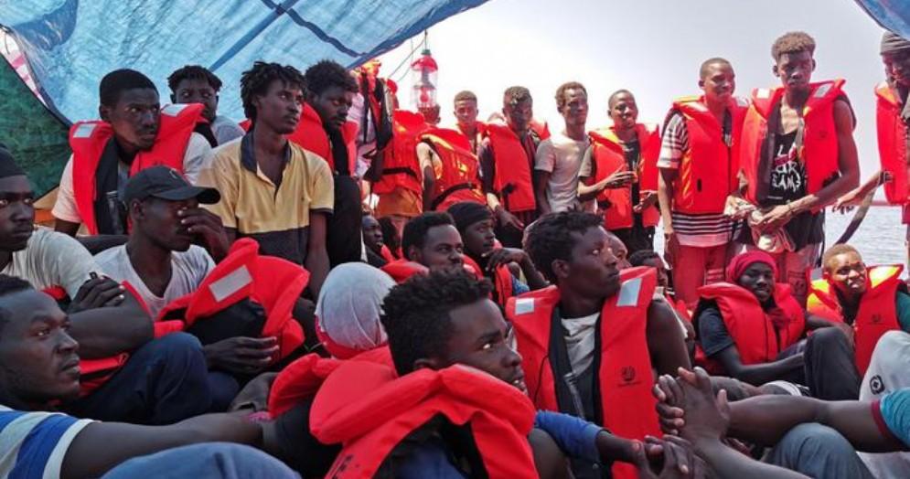 Migranti, nave «Eleonore» forza divieto e punta su Pozzallo: nave sequestrata dalla Finanza