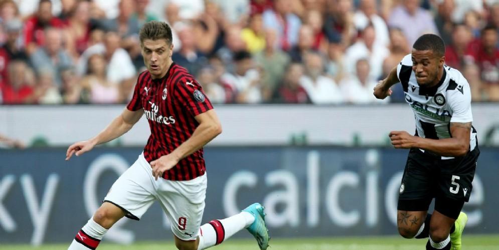 Piatek tenta di sfuggire alla marcatura di un difensore dell'Udinese