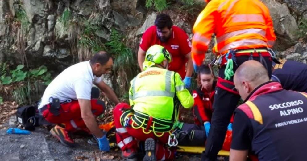 Cade da un'altezza di 3 metri: sessantenne si rompe una gamba