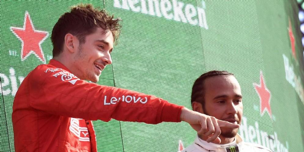 Charles Leclerc con Lewis Hamilton sul podio di Monza