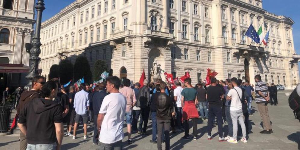 Ferriera: presidio di lavoratori e sindacati a Trieste, «serve tavolo con la Regione»