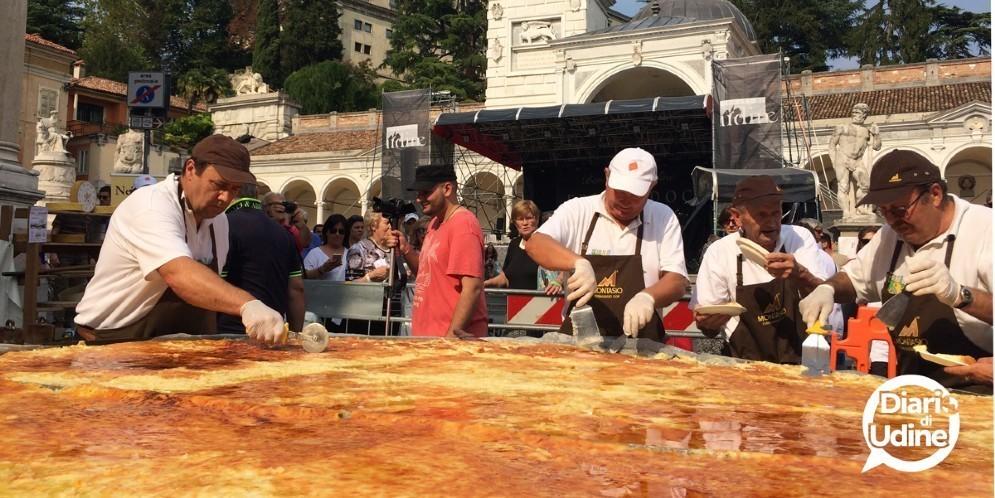 Un frico gigante in piazza Libertà per Friuli Doc