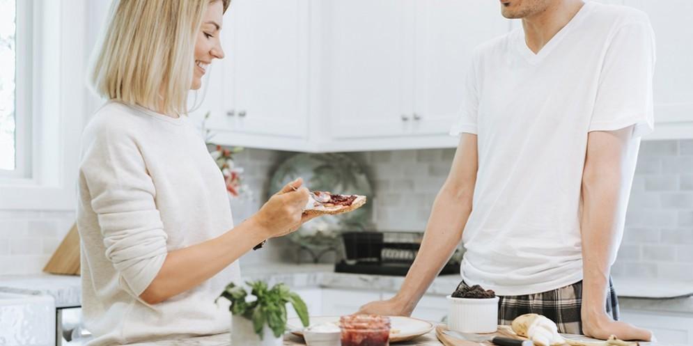 Una coppia che fa colazione a casa