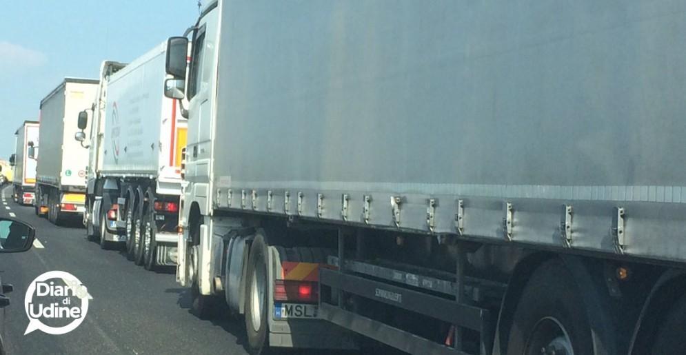 Incidente in A4 fra un'autovettura e un autocarro: traffico bloccato