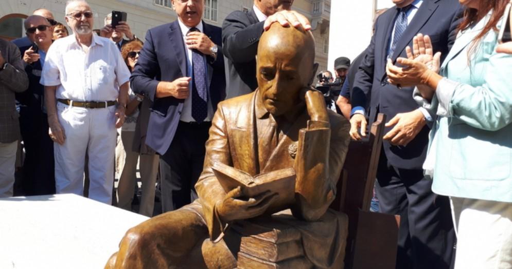 Un momento dell'inaugurazione della statua di Gabriele d'Annunzio a Trieste