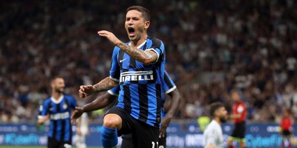 Stefano Sensi esulta assieme a tutta l'Inter prima in classifica a punteggio pieno