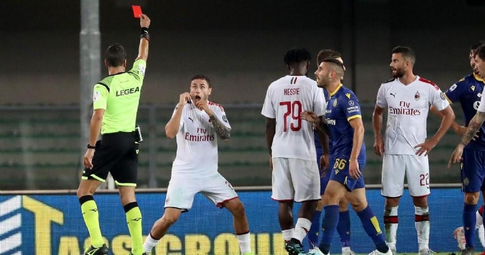 L'espulsione di Davide Calabria durante Verona-Milan