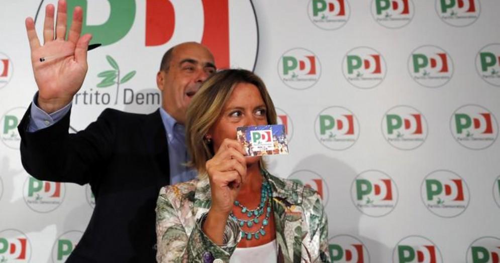 Beatrice Lorenzin con la tessera del PD