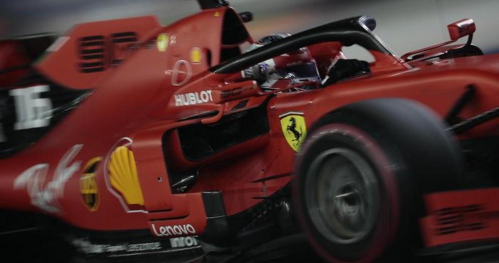 La Ferrari di Sebastian Vettel in azione a Singapore