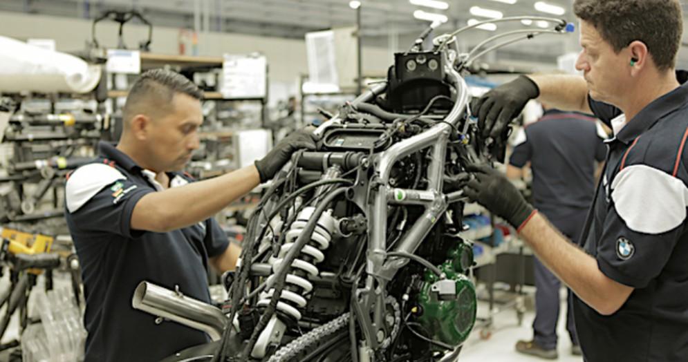 Operai di una fabbrica BMW in Germania