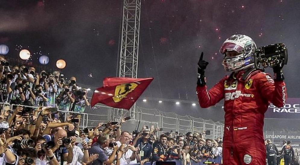 L'esultanza di Sebastian Vettel dopo la vittoria di Singapore