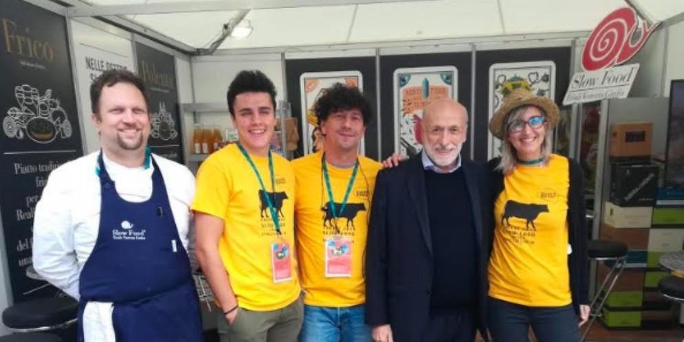 Carlo Petrini, fondatore di Slow Food, allo stand del Frico a Cheese 2019