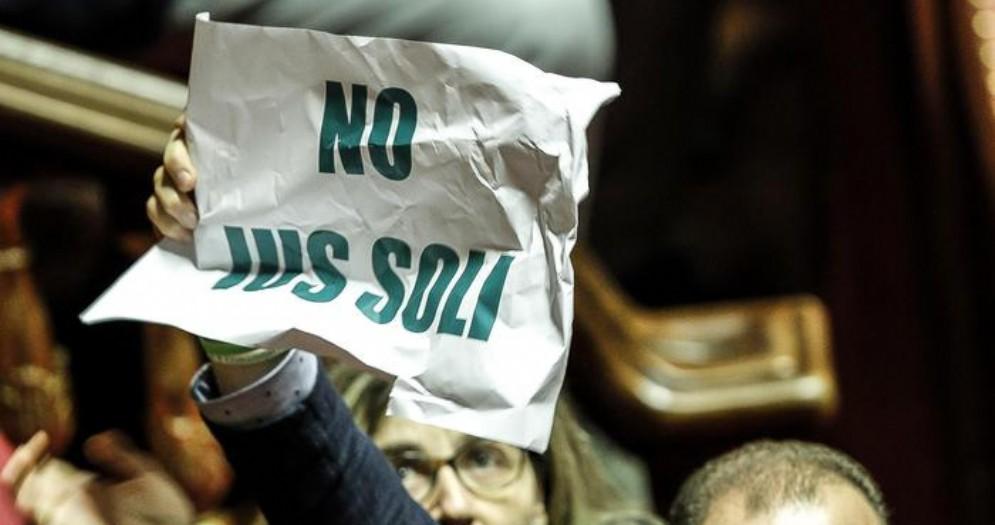 La protesta dei leghisti in aula contro lo «Ius Soli»