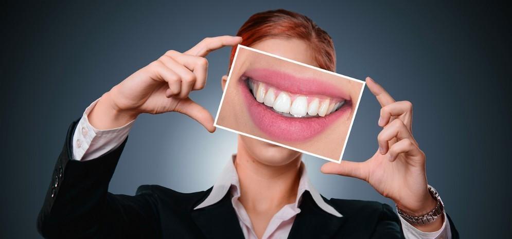 Donna che sorride con denti sani