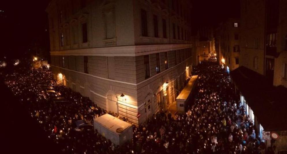 In migliaia a Trieste per la fiaccolata in memoria dei due agenti uccisi