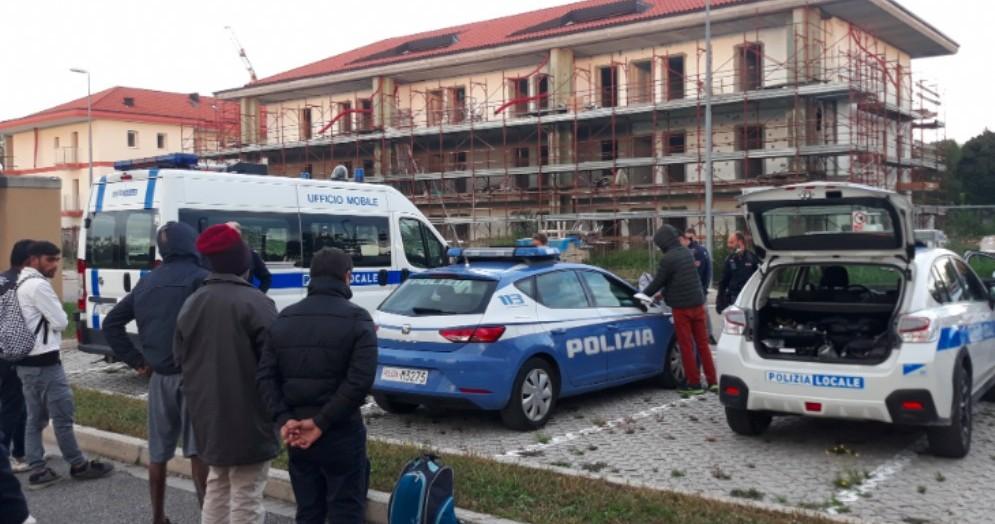 Casa in costruzione trasformata in dormitorio: scoperti 7 stranieri dalla Polizia