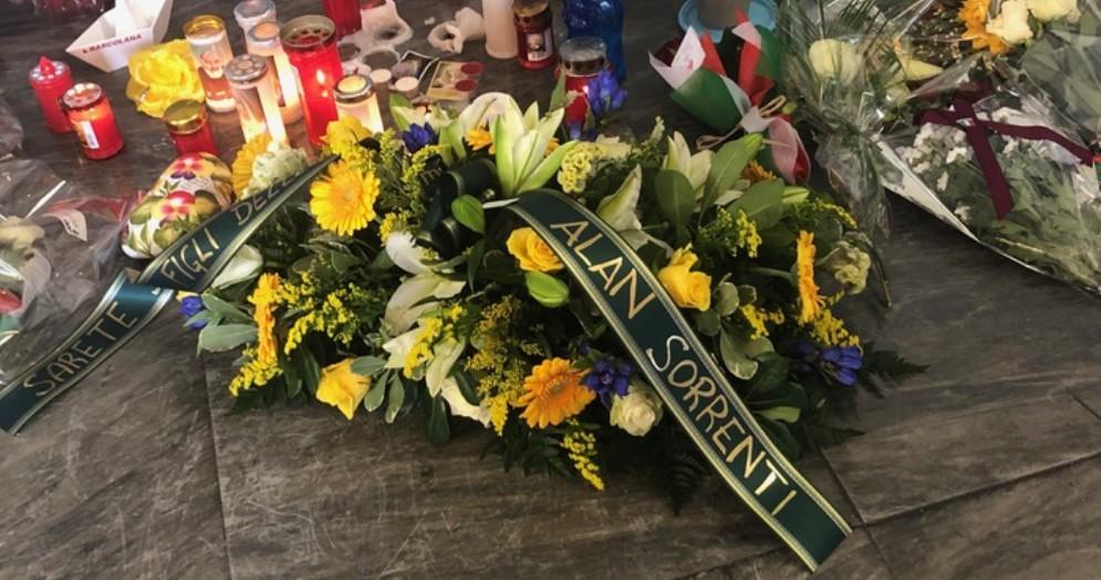 Fra gli omaggi floreali, anche quello di Alan Sorrenti per i «due figli delle stelle», Matteo e Pierluigi
