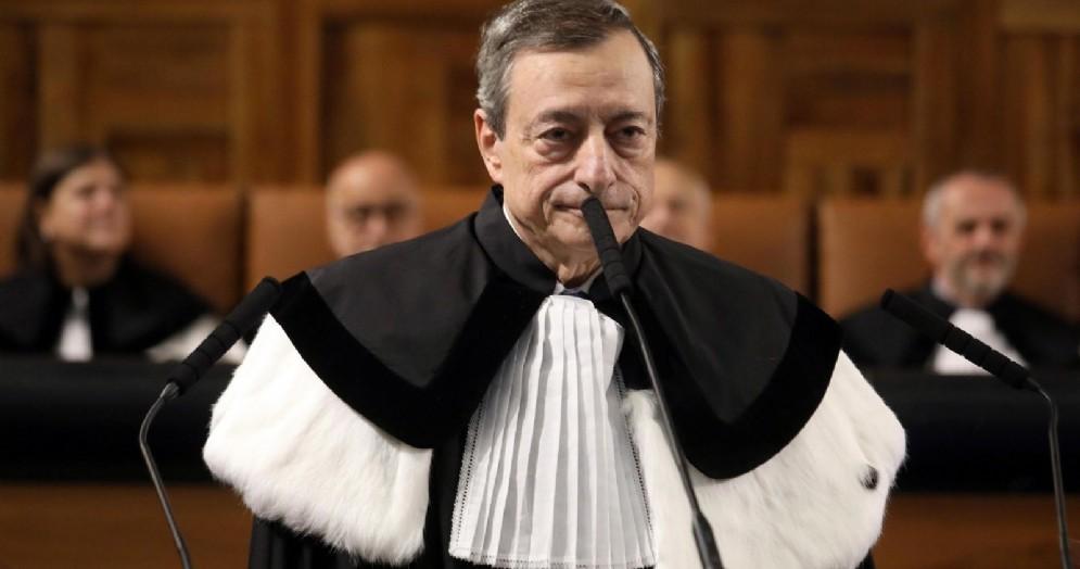 Il presidente della Bce Mario Draghi tiene una lectio magistralis dopo aver ricevuto la Laurea honoris causa in Economia dal Rettore dell'università Cattolica di Milano