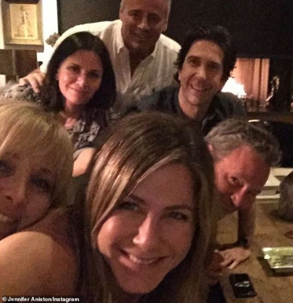 Jennifer Aniston nella reunion con il resto del cast di «Friends»