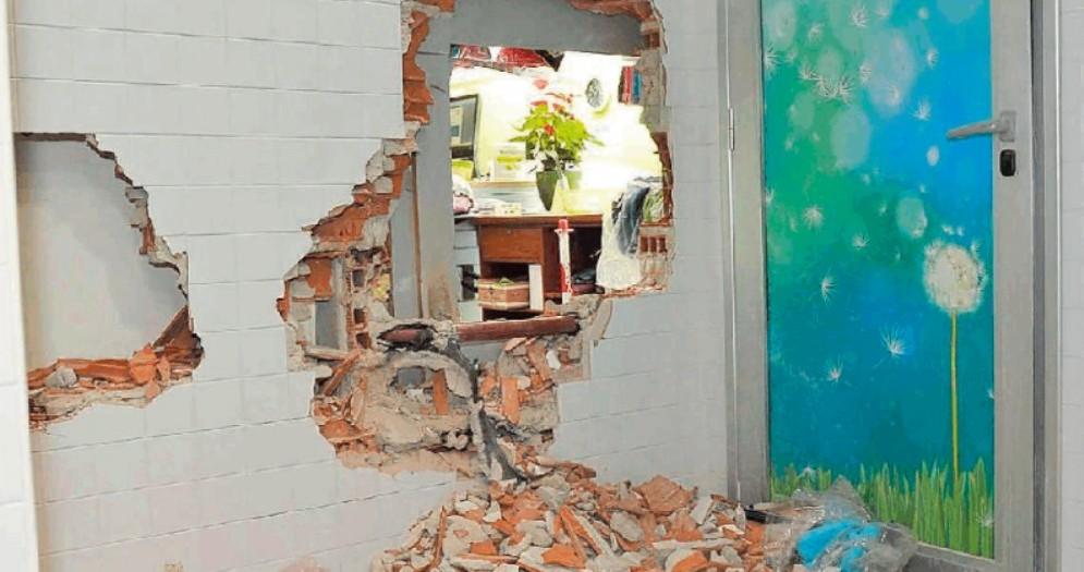Piscina scambiata per una banca: muri abbattuti e danni per 50 mila euro