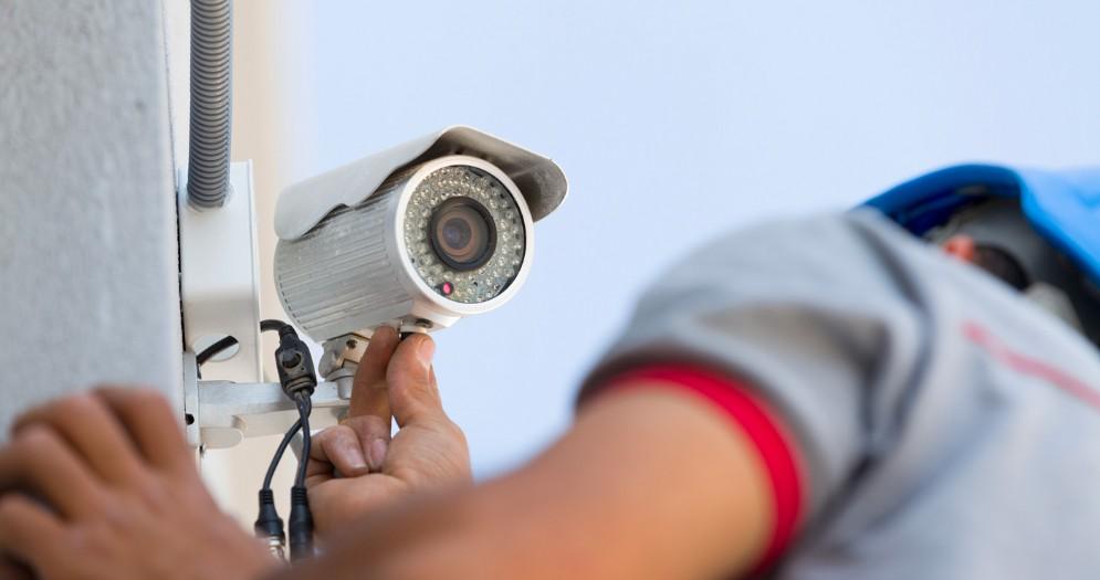 Tecnico procede all'installazione di una telecamera